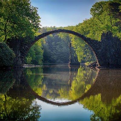 Eine Brücke über einen Bach